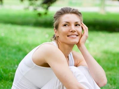 женщина сидит на траве