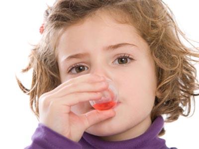 девочка пьет сироп