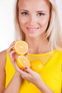 лимон в руках у девушки
