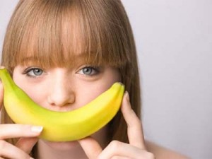 девушка с бананом