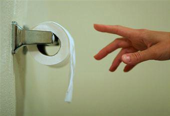рука тянется к бумаге