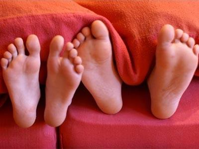 торчащие ноги из постели