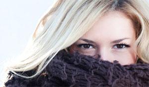 женщина кутается в шарф