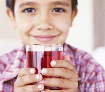 ребенок с напитком в руках