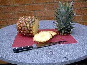 ананас на столе