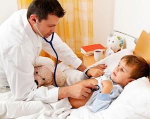 доктор лечит ребенка
