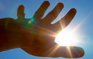 рука закрывает солнце