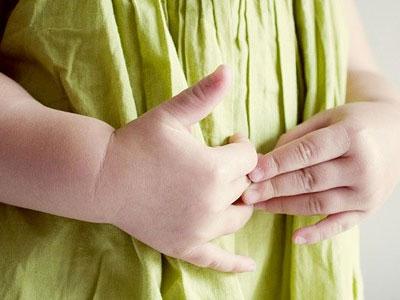 детские руки на животе