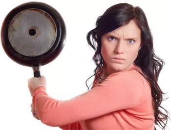девушка со сковородкой