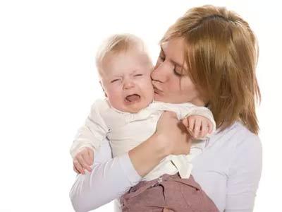 ребенок на руках у матери плачет