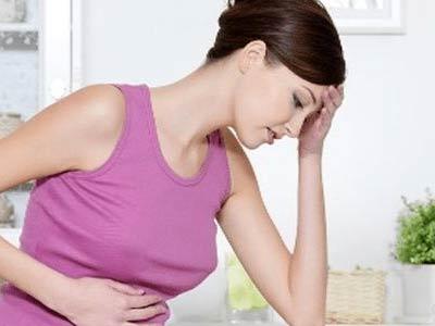 у женщины болит голова и живот