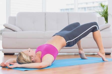 девушка выполняет упражнения
