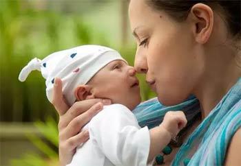женщина с грудным ребенком
