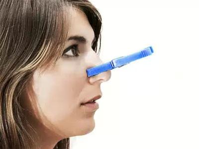 прищепка на носу