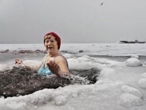 женщина купается в проруби