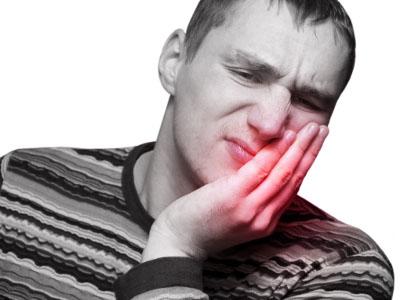 У мужчины болят десны