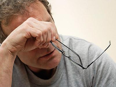 мужчина с очками