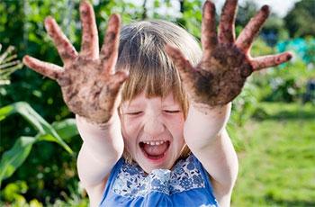 девочка с грязными руками
